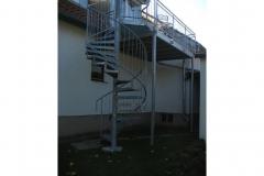 Stahlbalkon mit Holzbelag und Spindeltreppe
