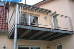 Balkon aus einer Stahlkonstruktion mit Holzboden - in Zusammenarbeit mit www.regina-diepold.de