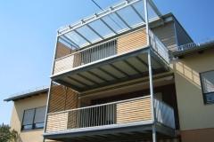 Balkon aus einer Stahlkonstruktion mit Holzboden