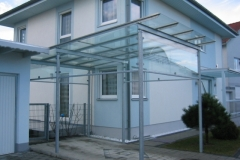 Carport aus einer Stahl- und Glaskonstruktion