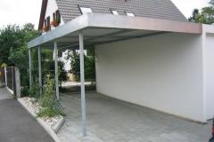 Carport mit Trapezblechdach und seitlichen Rankgittern