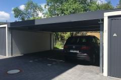 Carport zwischen zwei Garagen
