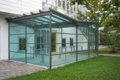 Raucherpavillon aus einer Stahl-Glas-Konstruktion - In Zusammenarbeit mit www.regina-diepold.de
