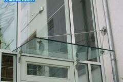 Punktgehaltenes Glasvordach