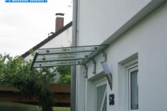 Punktgehaltenes Glasvordach mit Unterkonstruktion