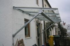 Vordach aus feuerverzinkter Stahlkonstruktion und VSG-Glasbelag