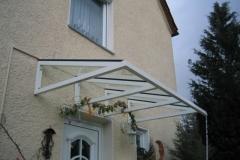 Vordach aus pulverbeschichteter Aluminiumkonstruktion und VSG-Glasbelag