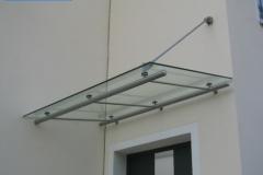 Punktgehaltenes Glasvordach aus Edelstahl