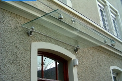 Vordach punktgehalten aus Stahl und Glas